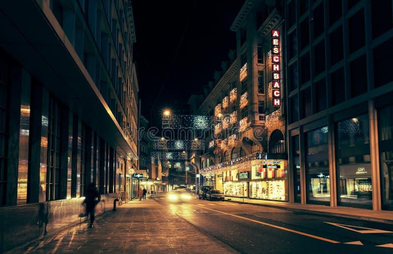 Ville de Genève la nuit, rue du le Rhône images stock