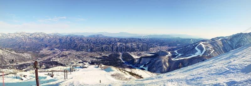 Ville de Hakuba nichée entre les gammes de montagne images stock