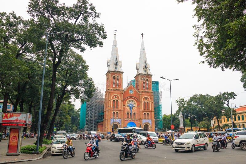 Ville de Ho Chi Minh, Vietnam - d?cembre 2018 : Cath?drale catholique de Notre Dame de Saigon au jour nuageux avec la place et le photographie stock libre de droits