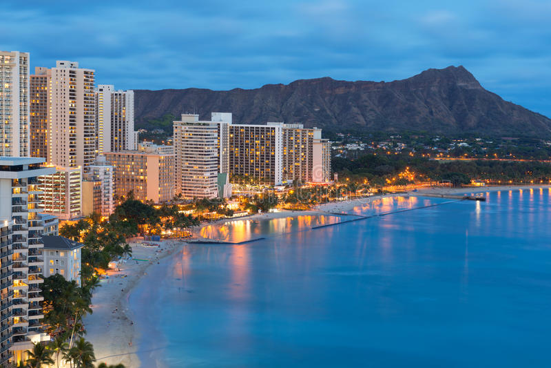 Ville de Honolulu et plage de Waikiki la nuit photographie stock libre de droits