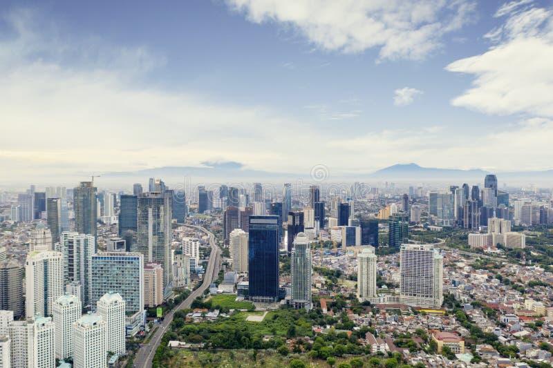 Ville de Jakarta avec les immeubles de bureaux modernes photo libre de droits