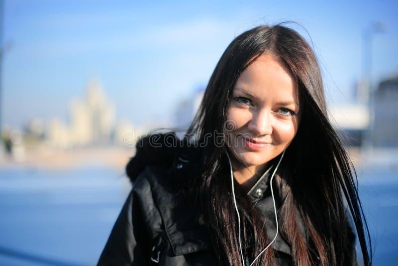 Ville de l'hiver de jeune femme photo libre de droits