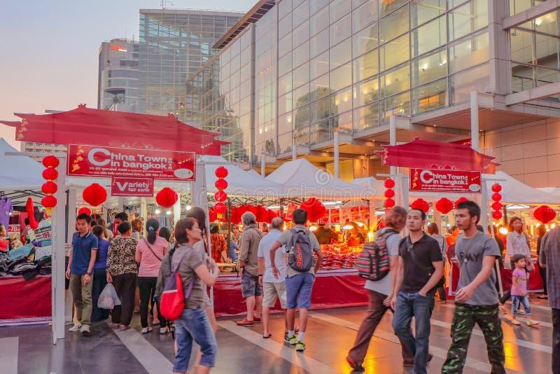 Ville de la Chine dans le festival de Bangkok devant le mot central de département du monde avec la marche Unacquainted de person image stock