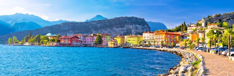 Ville de Lago di Garba de vue panoramique de Torbole photos stock