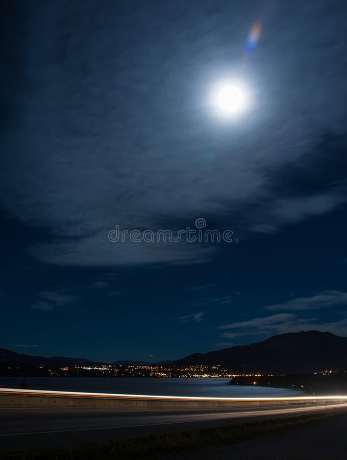 Ville de Lakeside avec la pleine lune photos libres de droits