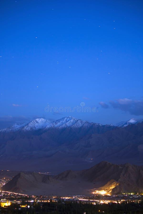 Ville de Leh la nuit, Jammu&Kashmir, Inde photos stock
