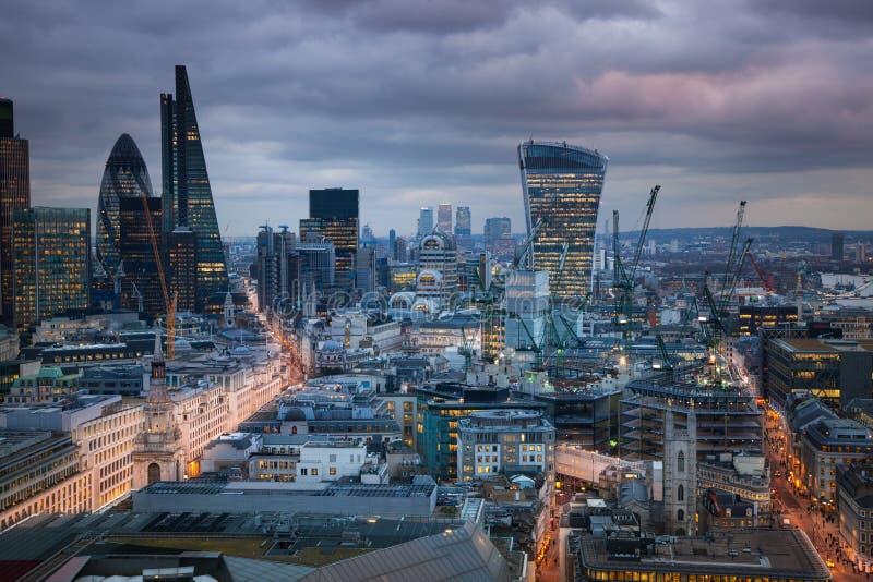 Ville de Londres, affaires et secteur de encaisser Le panorama de Londres à l'ensemble du soleil image libre de droits