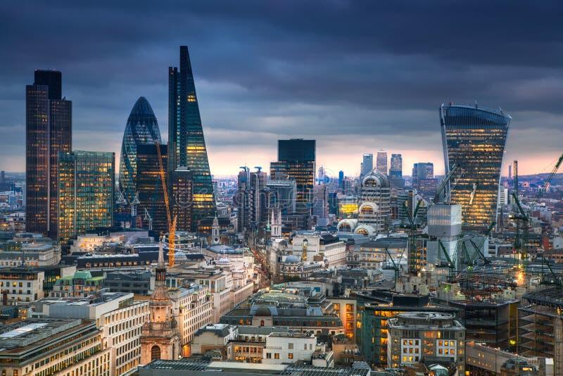 Ville de Londres, affaires et secteur de encaisser Le panorama de Londres à l'ensemble du soleil photo stock