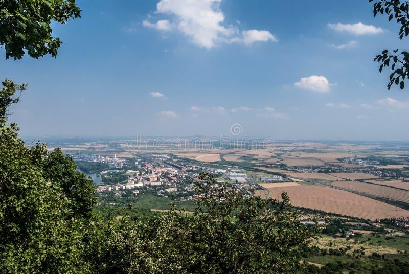 Ville de Lovosice avec le paysage agricole autour de la colline de Lovos en montagnes de stredohori de Ceske dans la République T photos stock