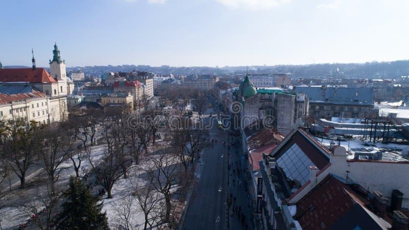 Ville de Lviv, Ukraine, buidings de centre de centre-ville, horaire d'hiver de vol de bourdon, routes image libre de droits