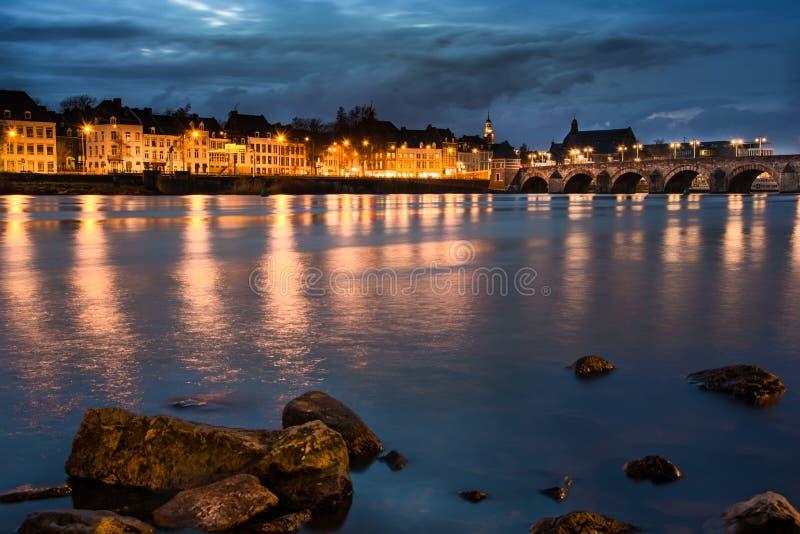 Ville de Maastricht par nuit images stock