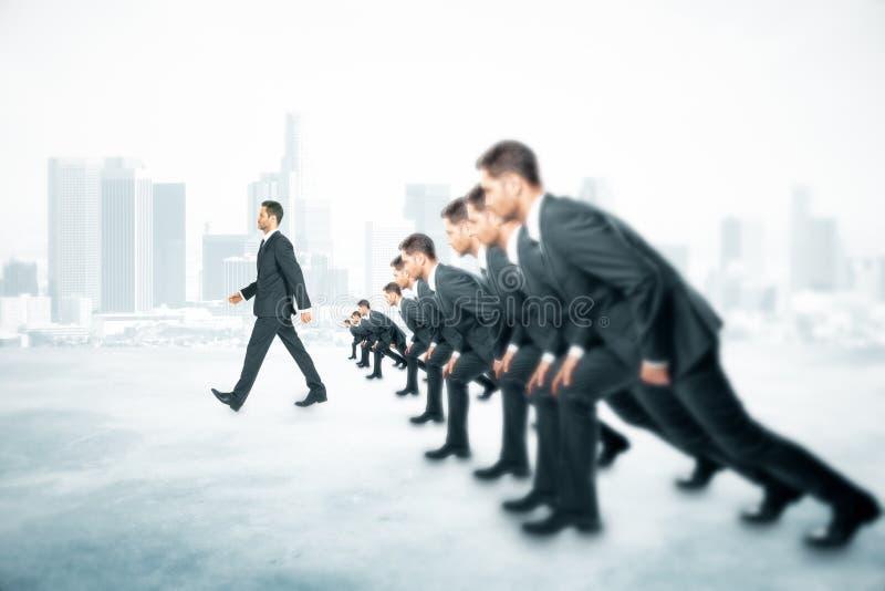 Ville de marche d'homme d'affaires de concurrence image stock