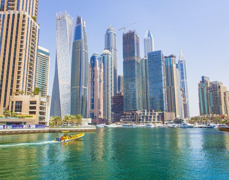 Ville de marina de Dubaï avec des gratte-ciel et des bateaux, Emirats Arabes Unis photo stock