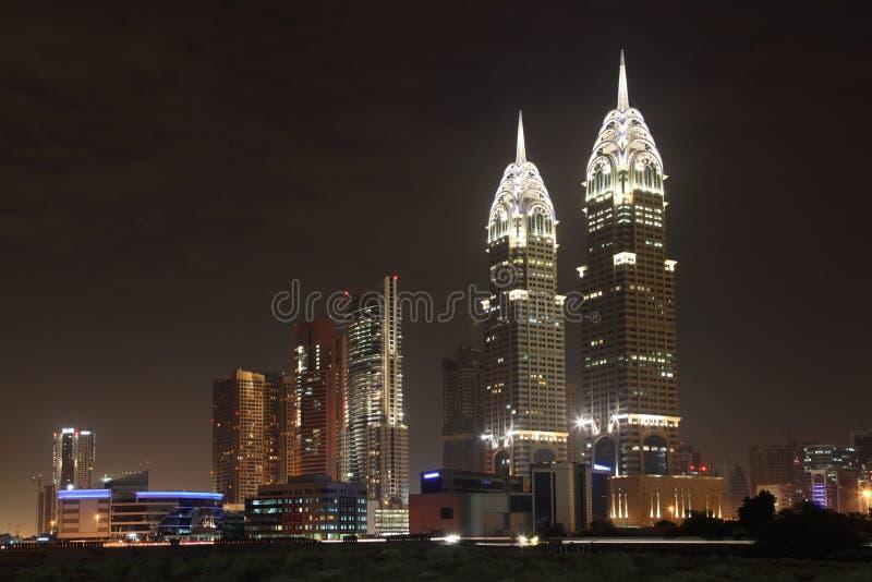 Ville de medias de Dubaï la nuit image stock