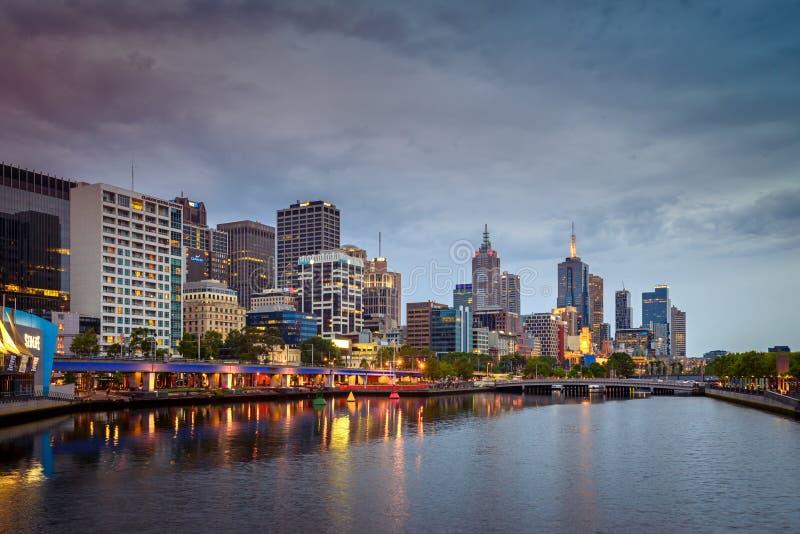 Ville de Melbourne et fleuve de Yarra la nuit photo stock