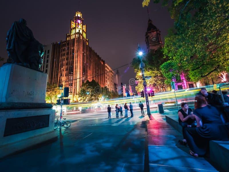 Ville de Melbourne la nuit avec un tram striant au delà photos stock