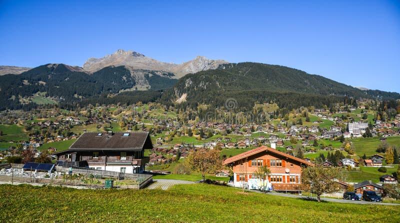 Ville de montagne dans Grindelwald, Suisse images libres de droits