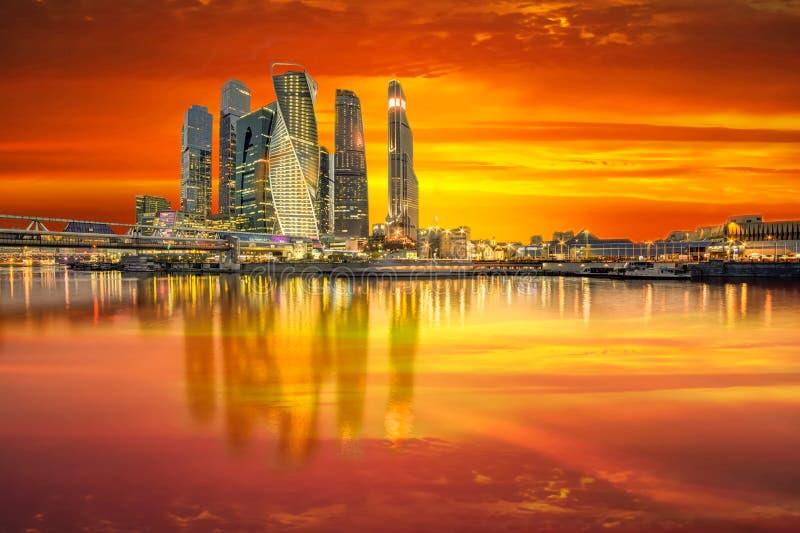 Ville de Moscou aux rayons orangés colorés du coucher du soleil. Vue du fleuve de Moscou photos libres de droits