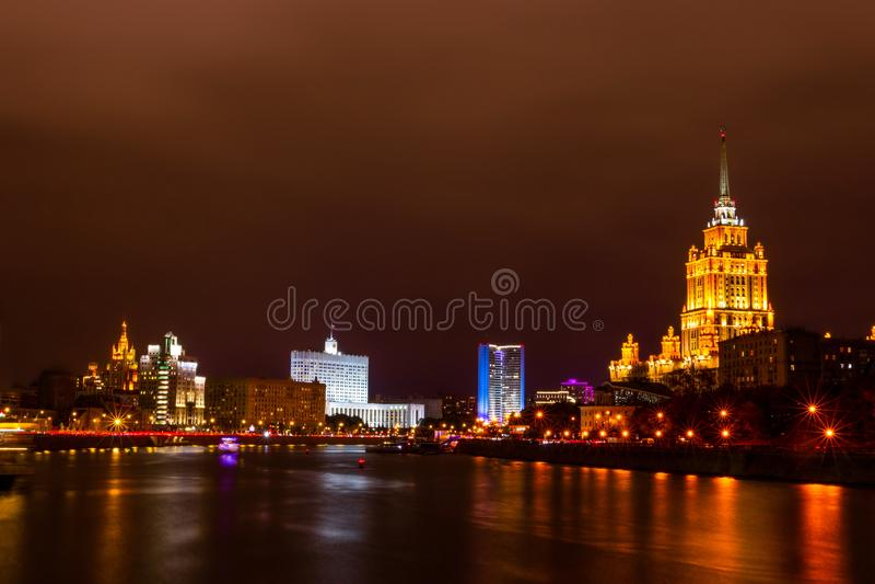 Ville de Moscou de nuit Hôtel Ukraine et maison du Gouvernement de la Fédération de Russie photographie stock libre de droits