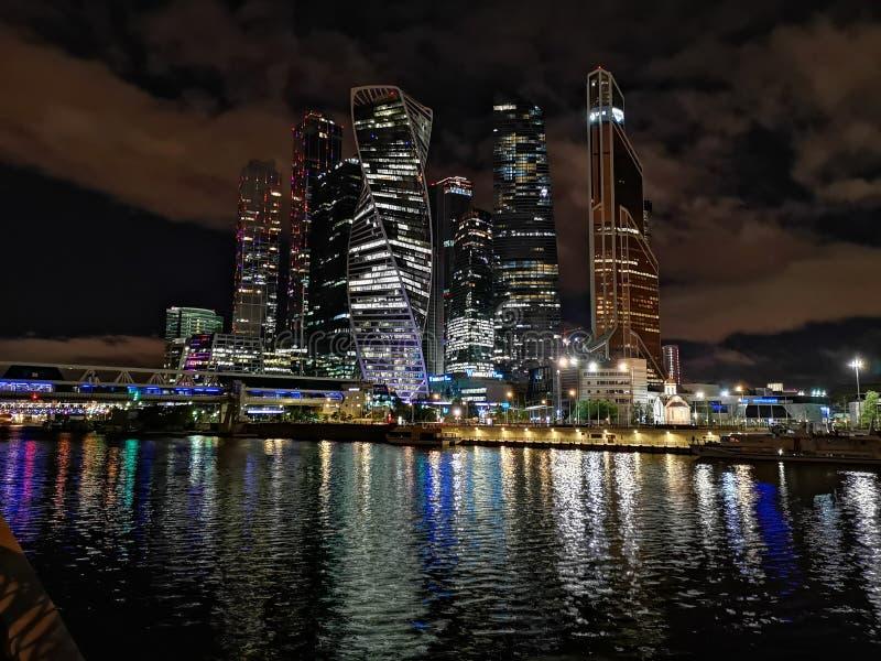 Ville de Moscou par nuit à travers la rivière images libres de droits
