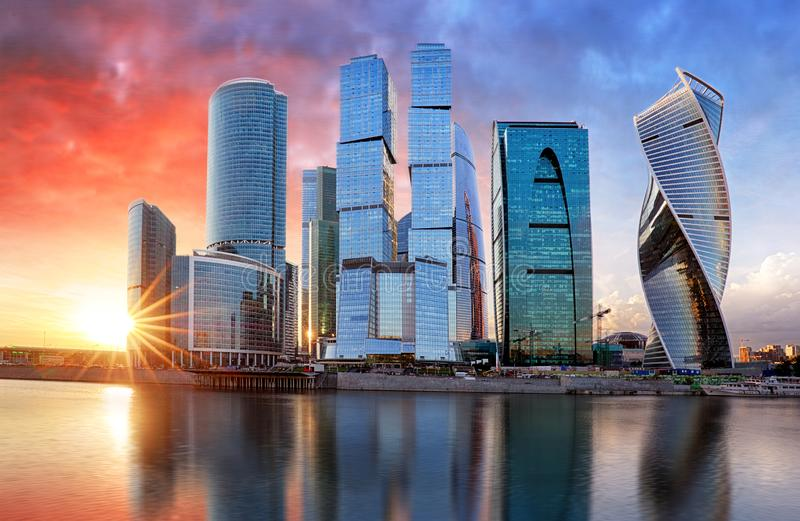 Ville de Moscou, Russie Centre international d'affaires de Moscou au coucher du soleil image libre de droits