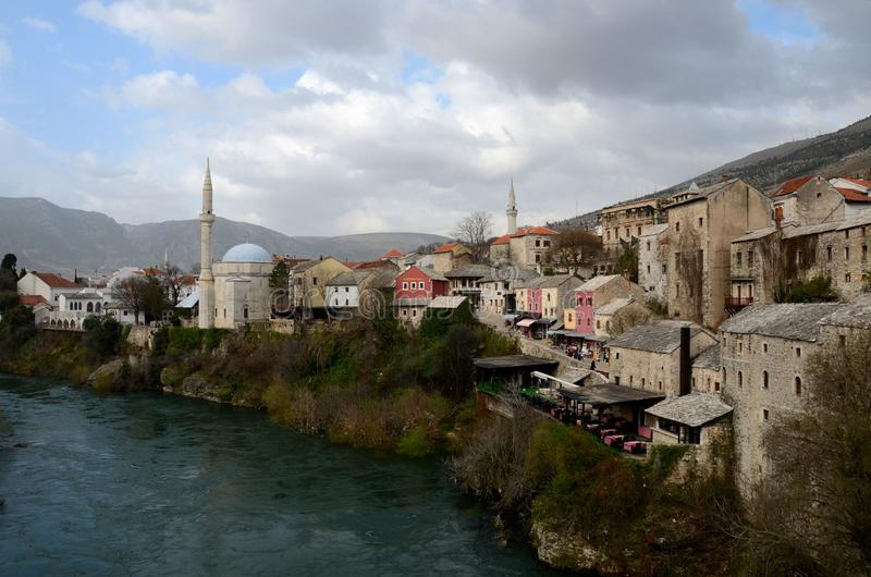 Ville de Mostar avec la rivière médiévale Bosnie-Herzégovine de Neretva d'architecture de minaret de mosquée image stock