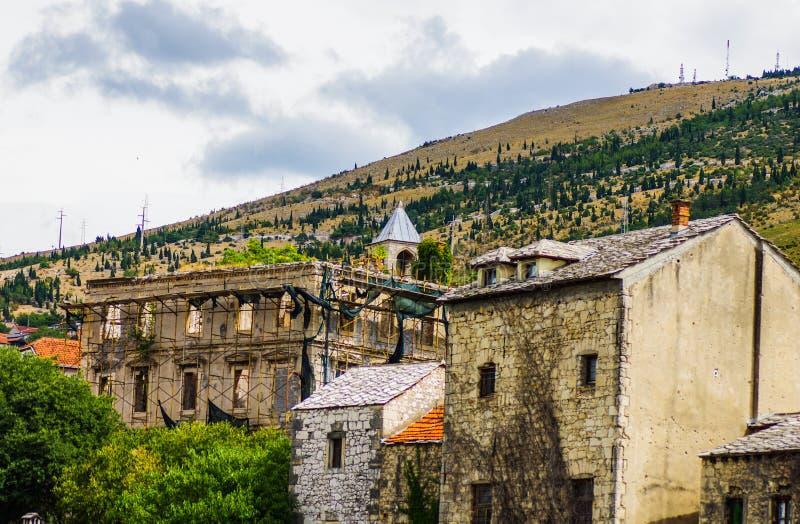 Ville de Mostar avec de vieux bâtiments photos libres de droits