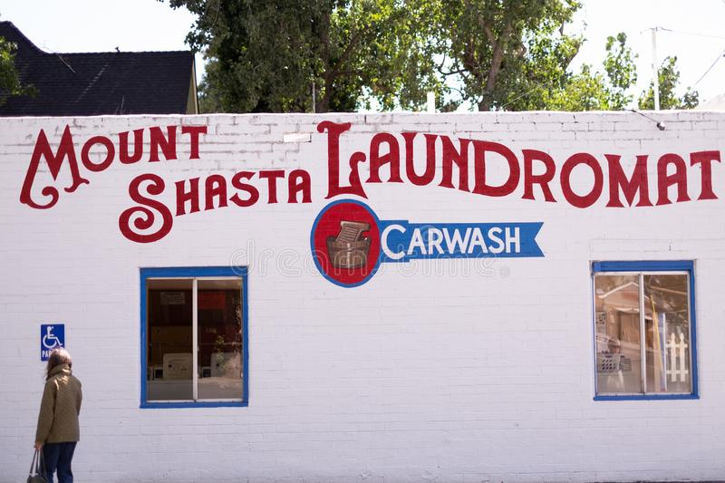 Ville de Mount Shasta Laundromat building (Californie), États-Unis images stock