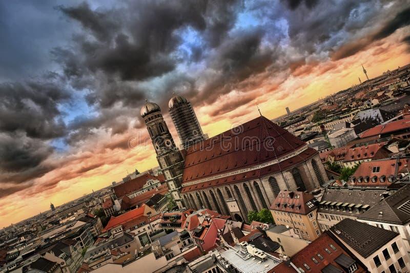 Ville de Munchen dans la tempête image stock