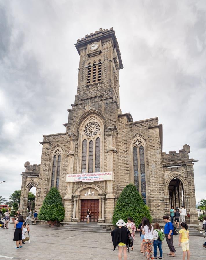Ville de Nha Trang, Vietnam du Sud : [Cathédrale de Nha Tho Nui, église locale avec des personnes venant à la masse] images libres de droits