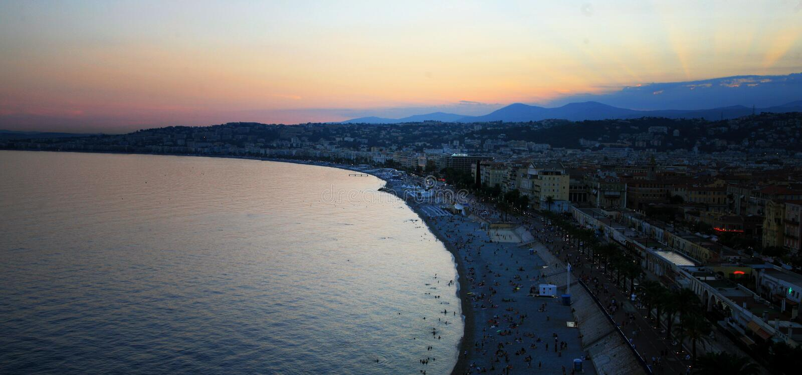 Ville de Nice au coucher du soleil photo stock