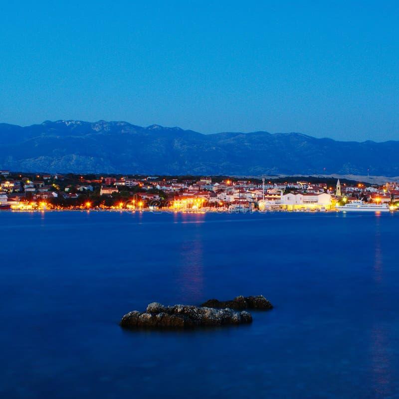 Ville de Novalja sur l'île de PAG par nuit photo libre de droits