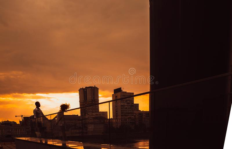 Ville de nuit de fond d'amour de couples de silhouette photos libres de droits