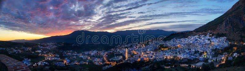 Ville de nuit de panorama de Chefchaouen Maroc Ville bleue dans la nuit l photo stock