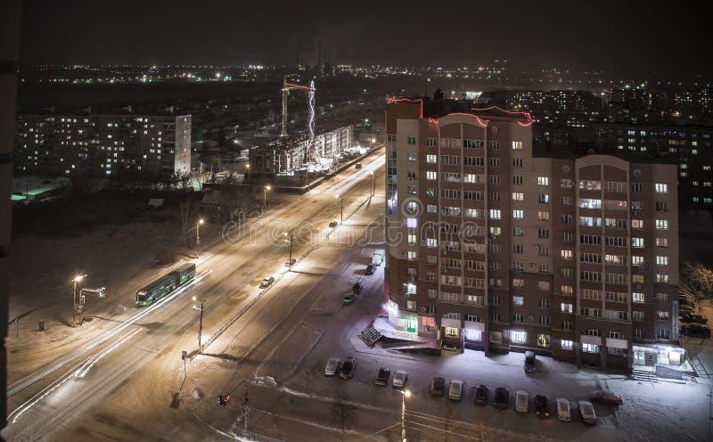Ville de nuit pendant l'hiver photos libres de droits