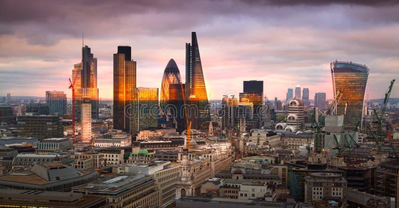 Ville de panorama de Londres, au coucher du soleil images stock
