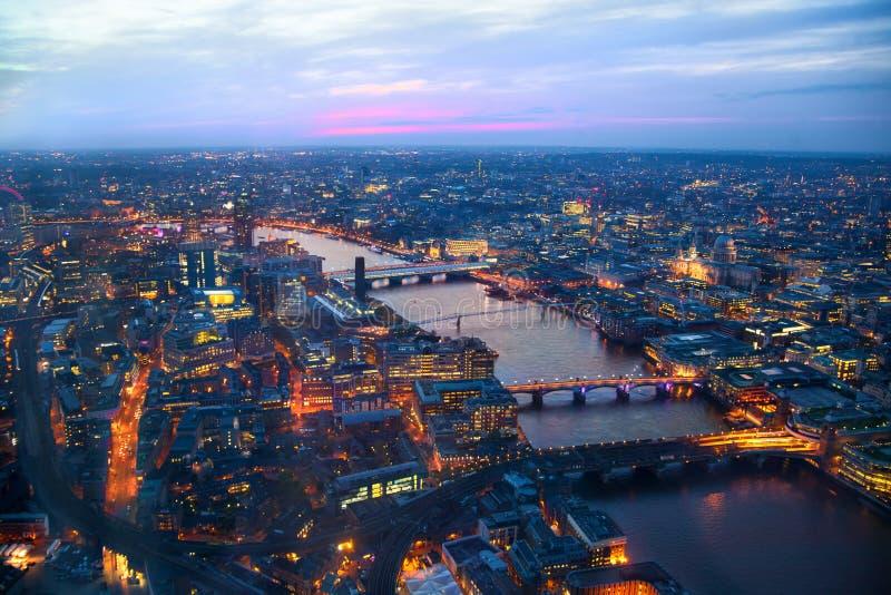 Ville de panorama de Londres dans le coucher du soleil Premières lumières de nuit photos stock