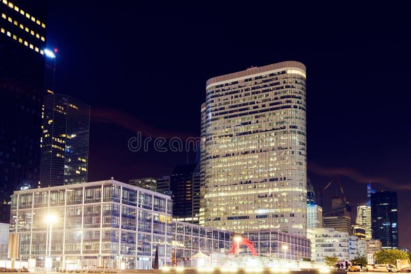Ville de Paris la nuit avec des bâtiments d'affaires photographie stock