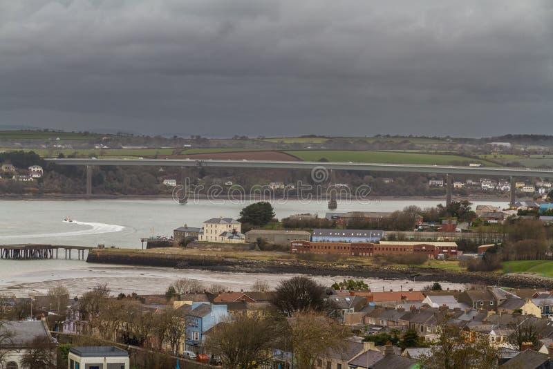 Ville de Pembroke Dock à partir de dessus de colline, paysage photographie stock libre de droits