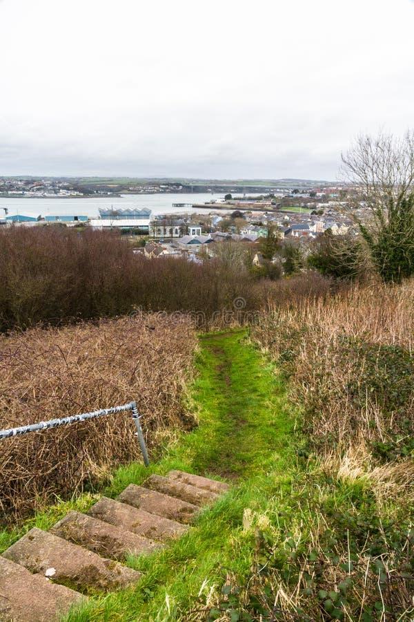 Ville de Pembroke Dock à partir de dessus de colline photographie stock