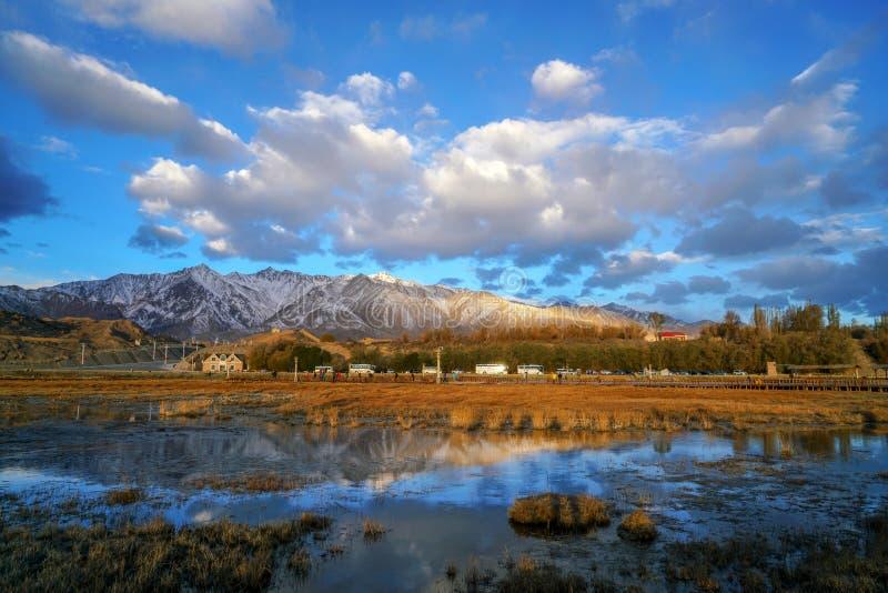 Ville de pierre au lever de soleil en automne, Taxkorgan photo stock