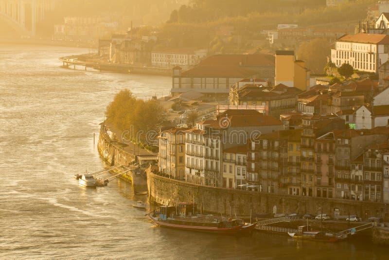 Ville de Porto dans le coucher du soleil image libre de droits