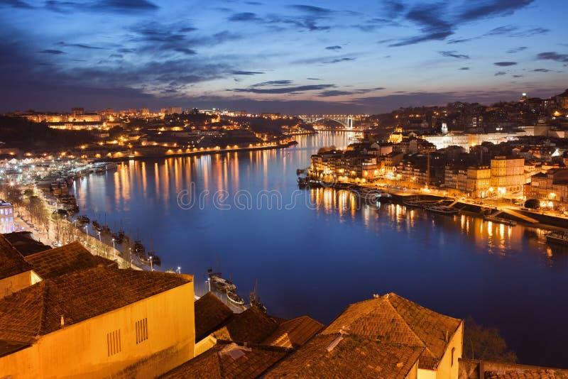 Ville de Porto la nuit au Portugal images stock