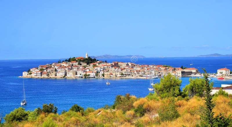 Ville de Primosten à la côte adriatique en Croatie photos stock