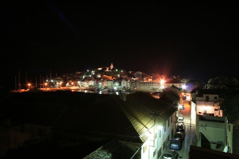 Ville de Primosten la nuit photo stock