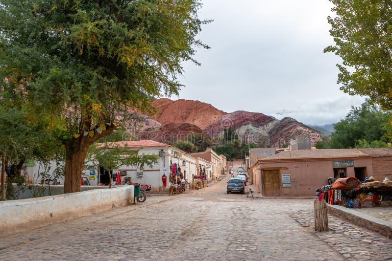 Ville de Purmamarca avec la colline de sept colores de Cerro de los siete de couleurs sur le fond - Purmamarca, Jujuy, Argentine photo stock
