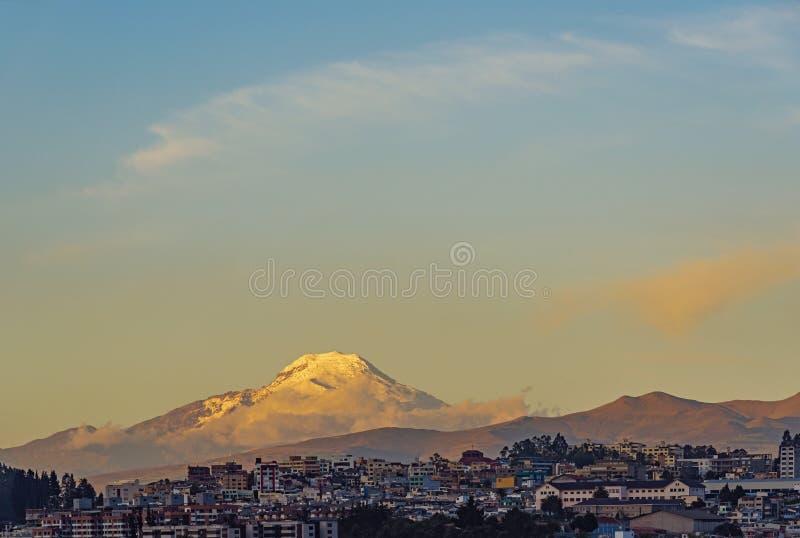 Ville de Quito et volcan de Cayambe, Equateur photo stock