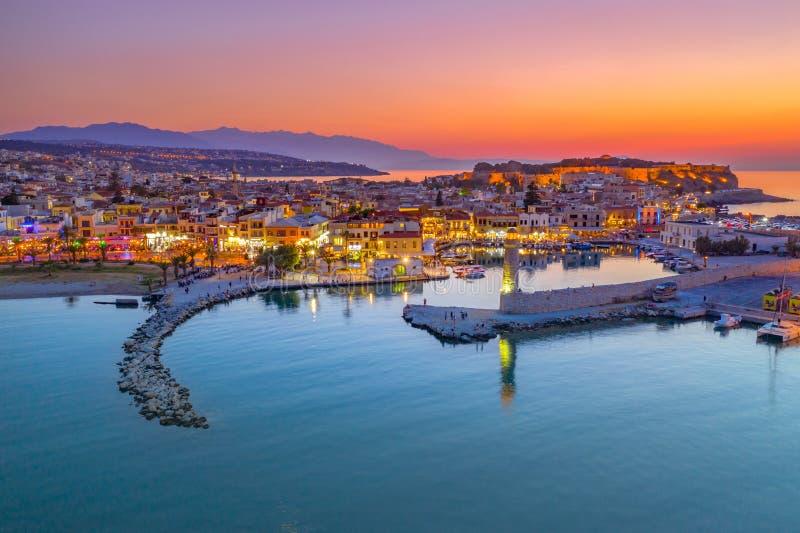 Ville de Rethymno ? l'?le de Cr?te en Gr?ce Vue aérienne du vieux port vénitien photographie stock libre de droits