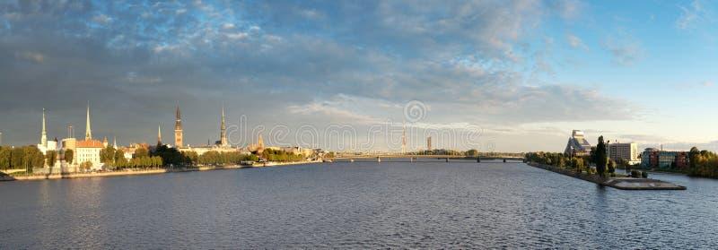 Ville de Riga de panorama vieille et la rivière de dvina occidentale photo libre de droits