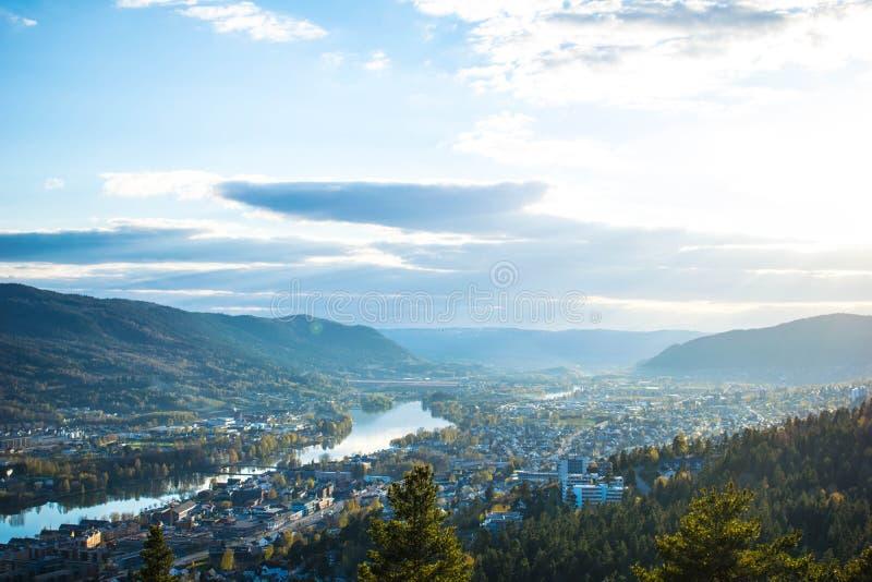 Ville de rivière dans les montagnes images stock